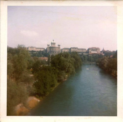Bern. South face of the Parliament Building from across the Aare River. 24th July 1969. Palais fédéral : la façade sud.